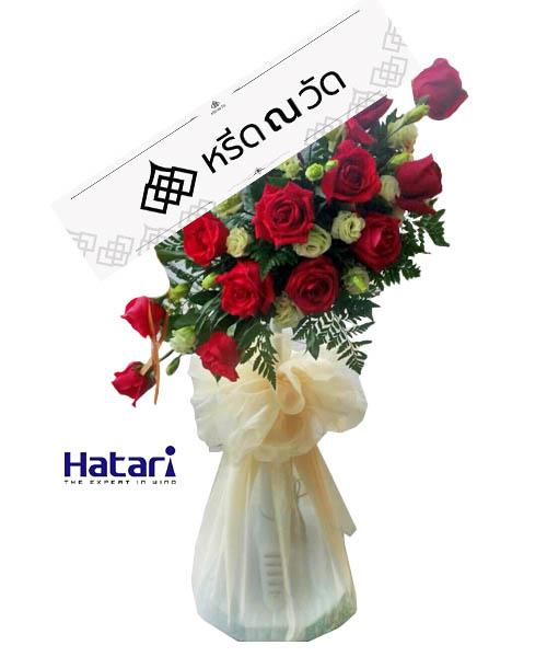 พวงหรีดพัดลม หรูหราด้วยดอกกุหลาบประดิษฐ์สีแดงสดจำนวนมาก